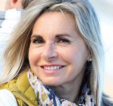 Moteris su dantų implantais