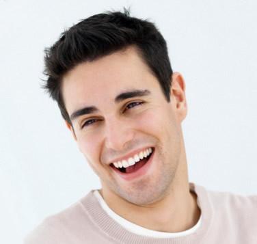 Vyras su dantų implantais